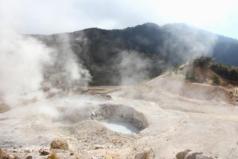 平安時代から湧き続け、伽藍岳(がらんだけ)の中腹にある強酸性の温泉